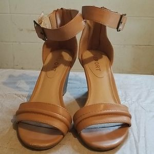 Report Ankle-Strap Wedges